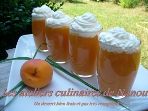 Fruits et chantilly dans desserts compote-300x225